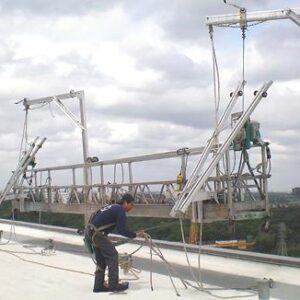 Podesty ruchome wiszące to urządzenia składające się z platformy roboczej zawieszonej na linach