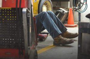 Konserwator urządzeń UDT to osoba zajmująca się naprawą i przeglądami podestów, żurawi, wózków, dźwigów, suwnic, wciągników i wciągarek lub innych