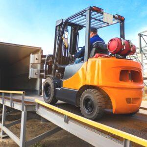 Podesty ruchome załadowcze znajdują się na przyczepach samochodowych i służą do transportu towaru