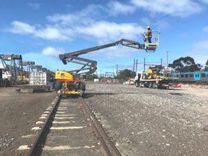 Podesty ruchome na pojazdach kolejowych są wykorzystywane w remontach infrastruktury kolejowej