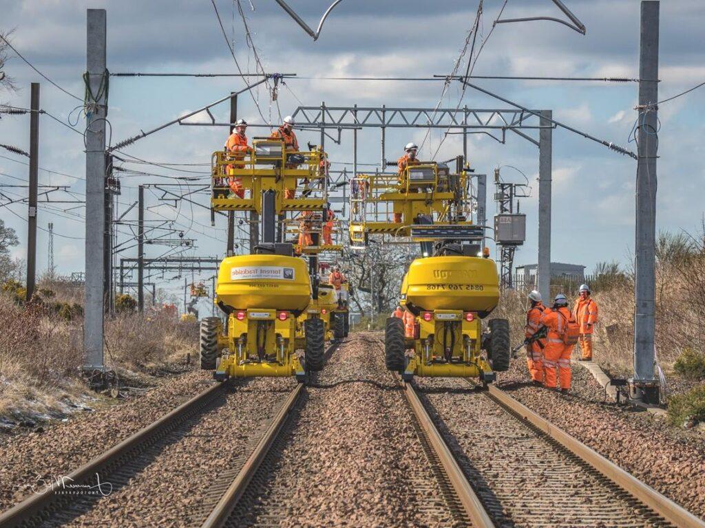 Konserwator podestów ruchomych na pojazdach kolejowych wykonuje niezbędne naprawy i przeglądy