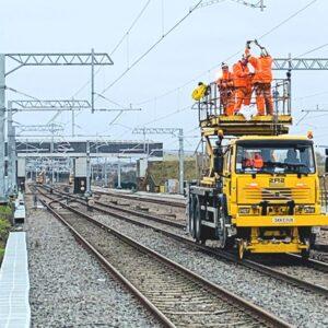 Operator podestów ruchomych na pojazdach kolejowych pracuje przy naprawach i konserwacji infrastruktury kolejowej