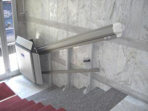 Urządzenia do transportu osób niepełnosprawnych to rodzaj dźwigu zasilanego elektrycznie lub hydraulicznie